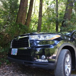 2014-Toyota-Highlander-parking-at-the-Smith-River-CA