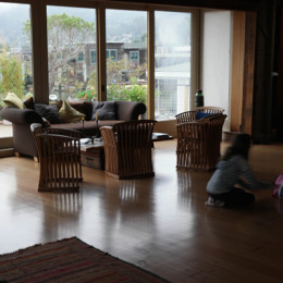 Yellow-Ferry-VRBO-Sausalito-Houseboat-Rental_Wide-Open-Living-Room
