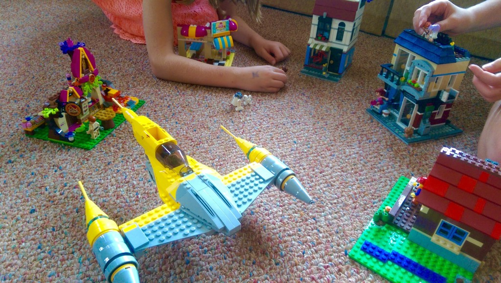 LEGO Star Wars Droid Tales Naboo Starfighter with LEGO Friends Elves City (1)