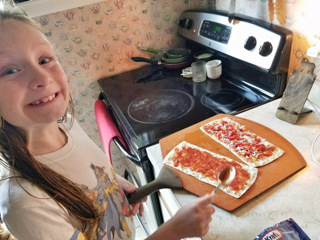 mouse-making-flatout-flatbread-pizza